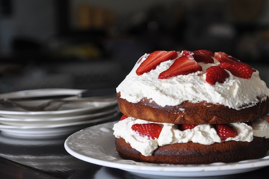rapadurra butter cake with strawberries and vanilla cream