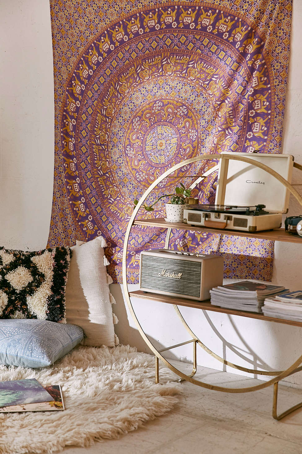 How To Decorate Small Second Living Room Off Of Kitchen: » Decorate With Tapestry
